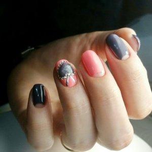 маникюр со стразами на коротких ногтях