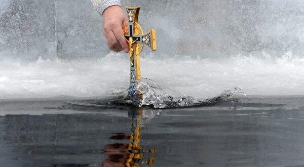 Крещенская вода в 2018 году: где и когда набирать, как хранить
