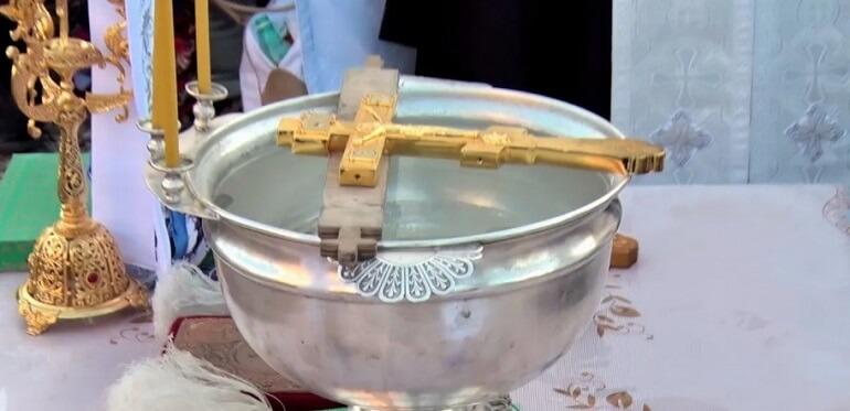 Крещенская вода в 2022 году: где и когда набирать, как хранить