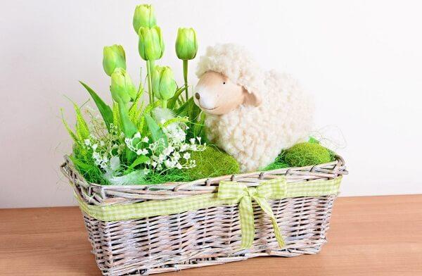 Ягненок из шерсти в корзине с цветами