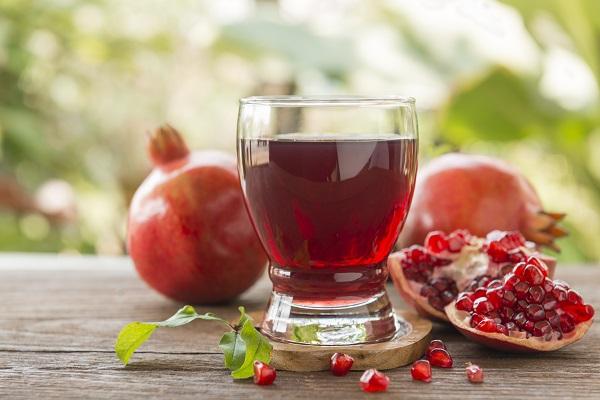 Стакан с напитком из свежих плодов